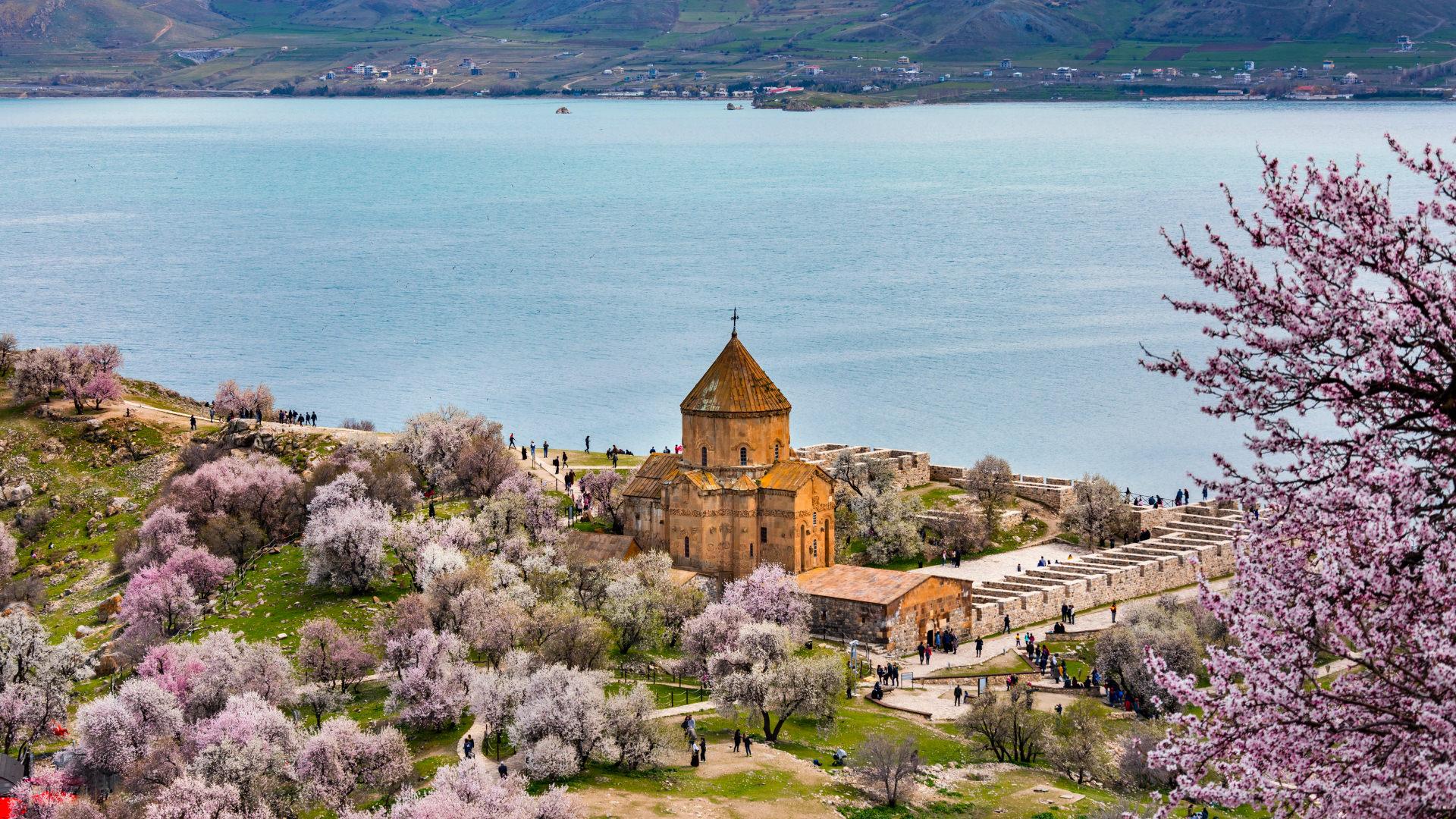 Ahtamar Adası'nın Hikâyelerle Süslü Kilisesi