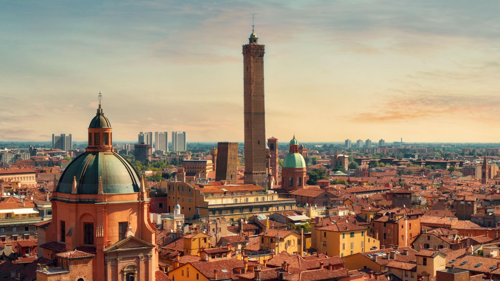 Kızıl Işıltısıyla Tarihten Göz Kırpan Şehir: Bologna