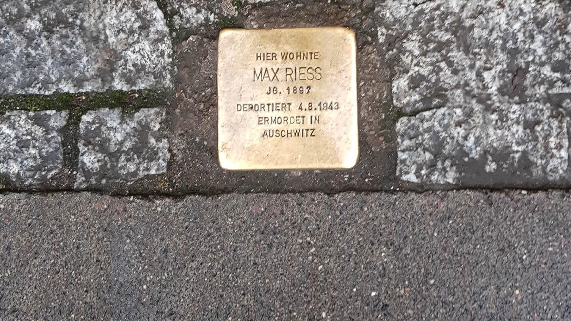 Tam Burada Yaşadı! Stolpersteine - Engel Blokları